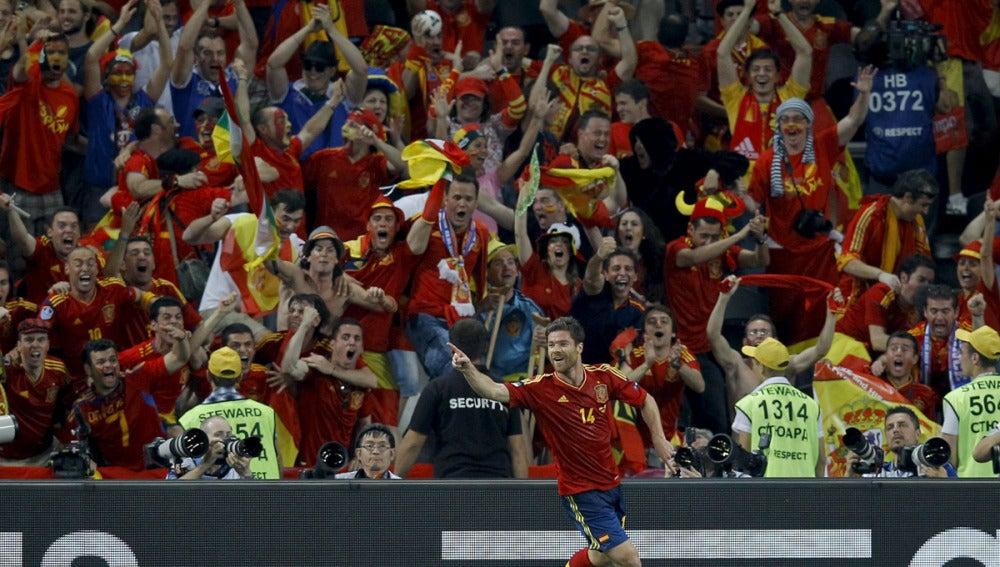 Xabi Alonso celebra el gol ante Francia