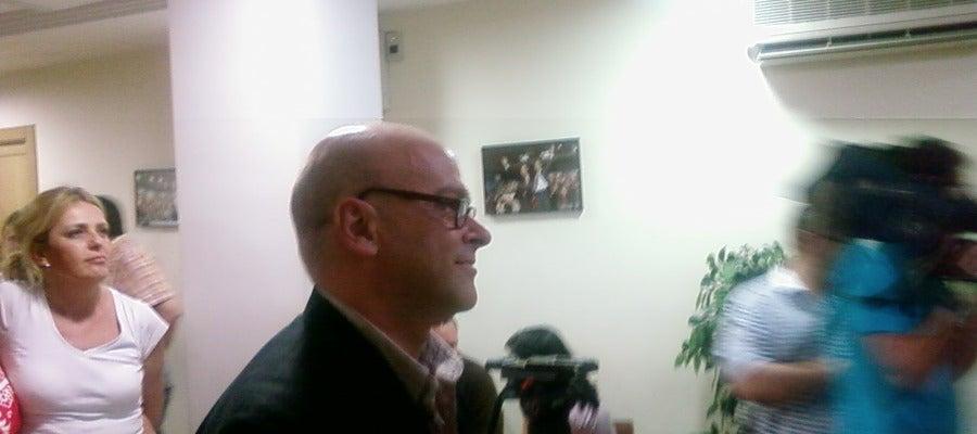 Manuel Fernández posa ante los medios gráficos