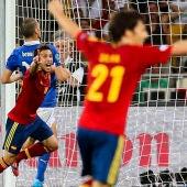 Alba celebra su gol con Silva