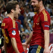 Alba y Xabi celebran el segundo gol