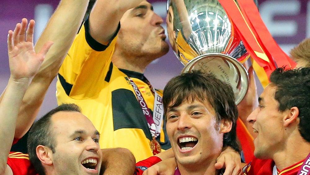 Casillas besa la copa