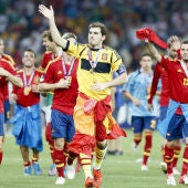 Los jugadores saludan a la afición