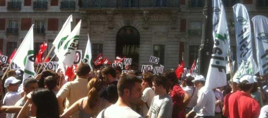 Unos 400 funcionarios se concentran en sol para protestar contra las medidas de Rajoy