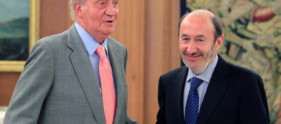 El rey Juan Carlos, junto a Alfredo Pérez Rubalcaba, ayer en el Palacio de la Zarzuela