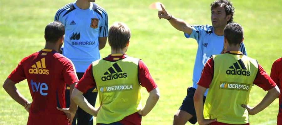 Luis Milla da instrucciones a sus jugadores