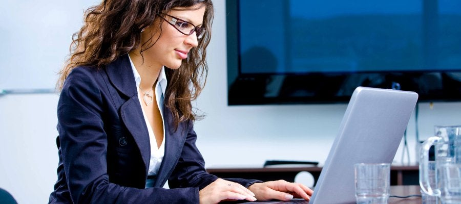 Mujer trabajando con un ordenador