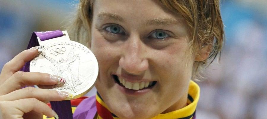 La nadadora española Mireia Belmonte celebra la medalla de plata