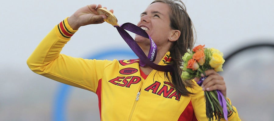 Alabau mira al cielo con su medalla de oro