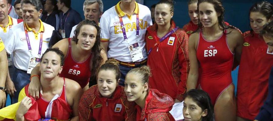 El principe Felipe felicita al equipo español por la plata tras la final