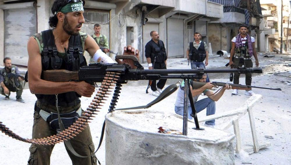 Rebeldes sirios vigilan su posición durante su lucha contra los seguidores de Bachar Al Asad en Alepo