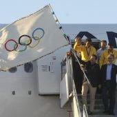 El alcalde de Río, Eduardo Paes, aterriza con la bandera olímpica