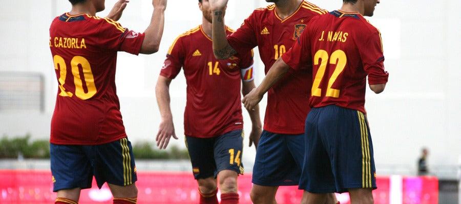 Cesc y Cazorla celebran un gol de España