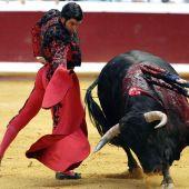 Morante de la Puebla da un pase de muleta en el coso taurino de Illumbe
