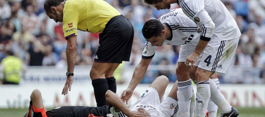 Casillas y Pepe, tendidos en el césped tras chocar en el gol del Valencia