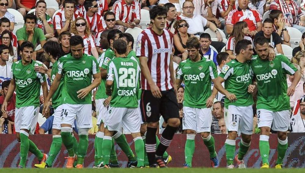 El Betis celebra uno de sus goles ante el Athletic
