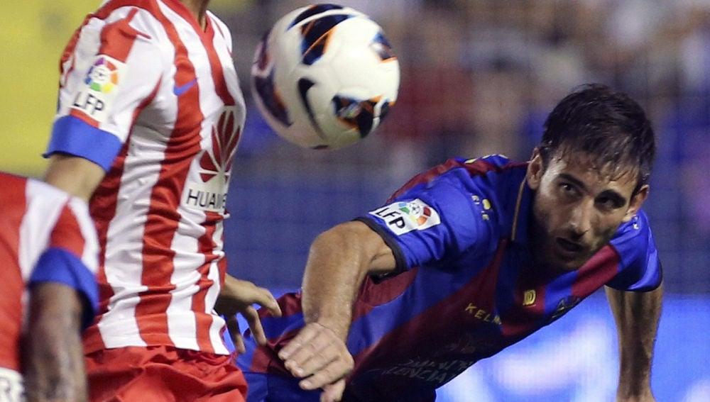Óliver Torres controla un balón con el pecho
