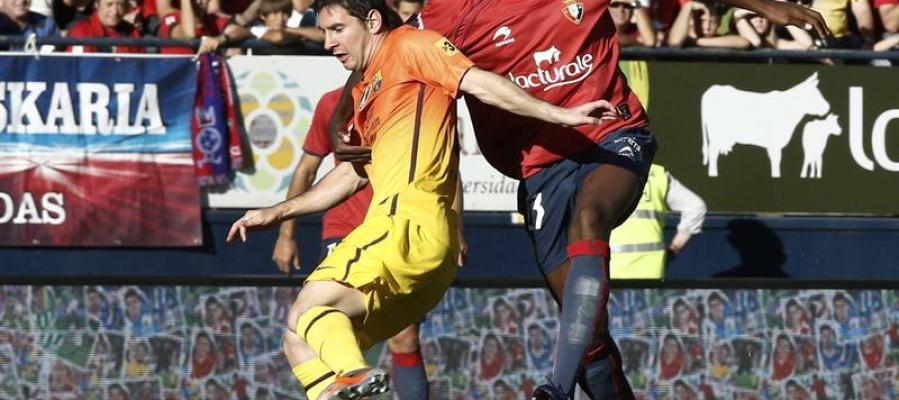 Messi disputa un balón con Loé