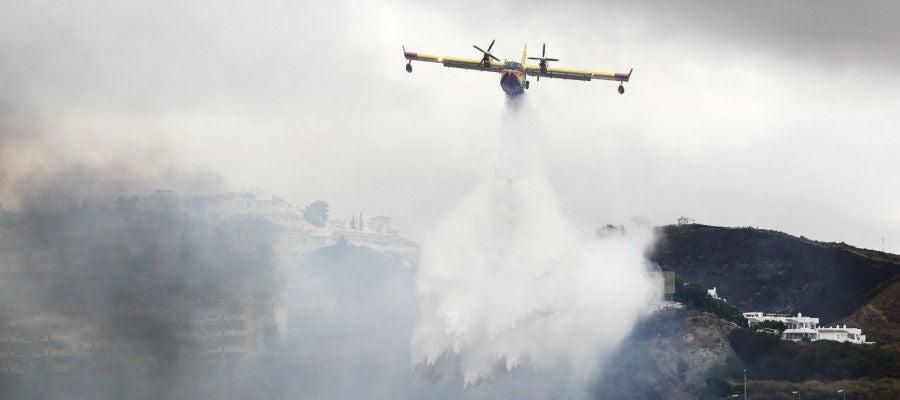Los aviones intentan ayudar echando agua