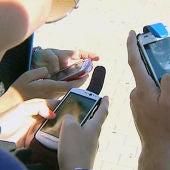 Jóvenes con su móvil