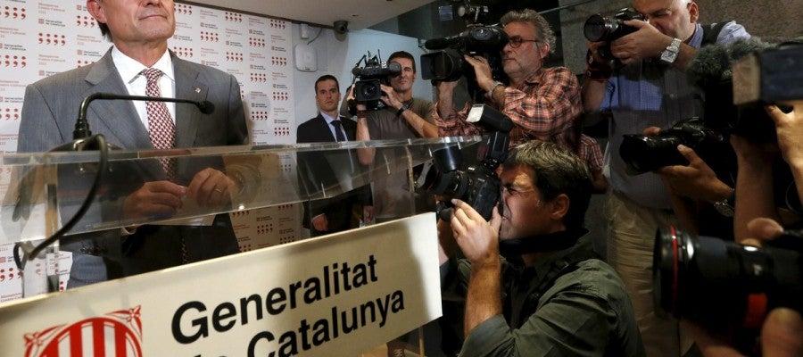El presidente de la Generalitat protagoniza una multitudinaria rueda de prensa