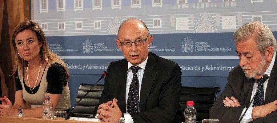 Cristóbal Montoro, junto a los secretarios de Estado de Presupuestos, Marta Fernández Currás, y Administraciones Públicas, Antonio Beteta.