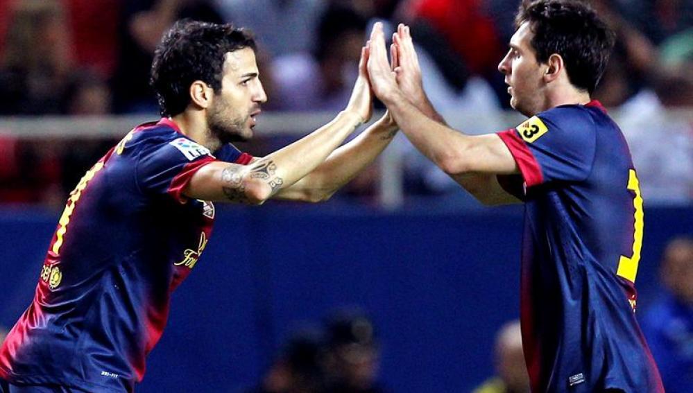 Cesc Fábregas y Leo Messi celebran un gol