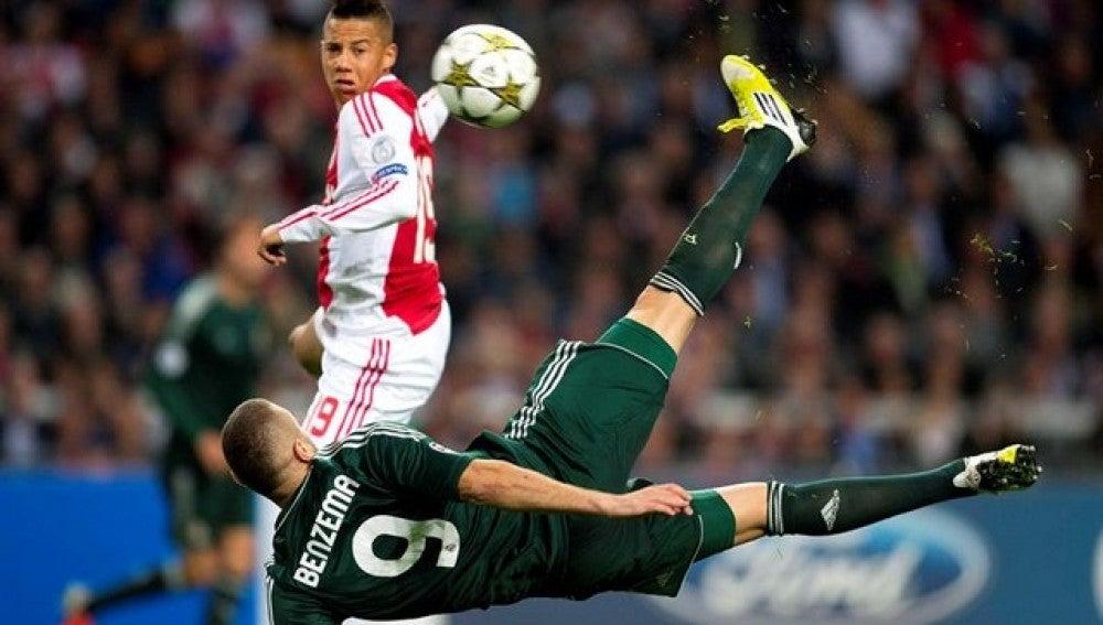 Espectacular tanto de Benzeman al Ajax