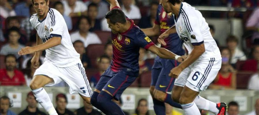 Alexis lucha el balón con Coentrao y Khedira