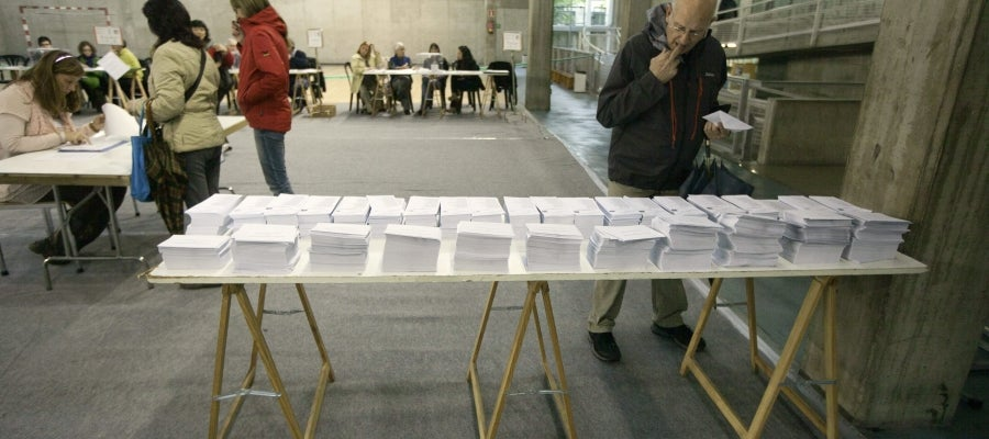 Votantes en un centro cívico de Vitoria