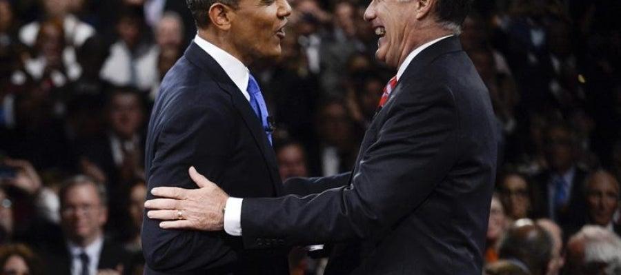 Obama y Romney se saludan al final del tercer debate electoral.