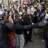 Enfrentamiento entre la Policía y los piquetes informativos en Madrid