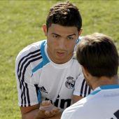 Cristiano Ronaldo charla con Xabi Alonso durante un entrenamiento