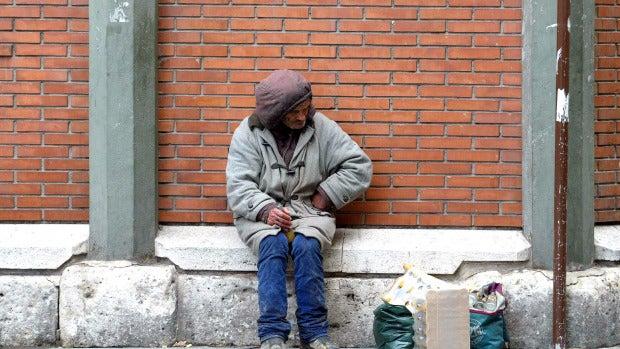 Un indigente en las inmediaciones del Mercado del Val de Valladolid