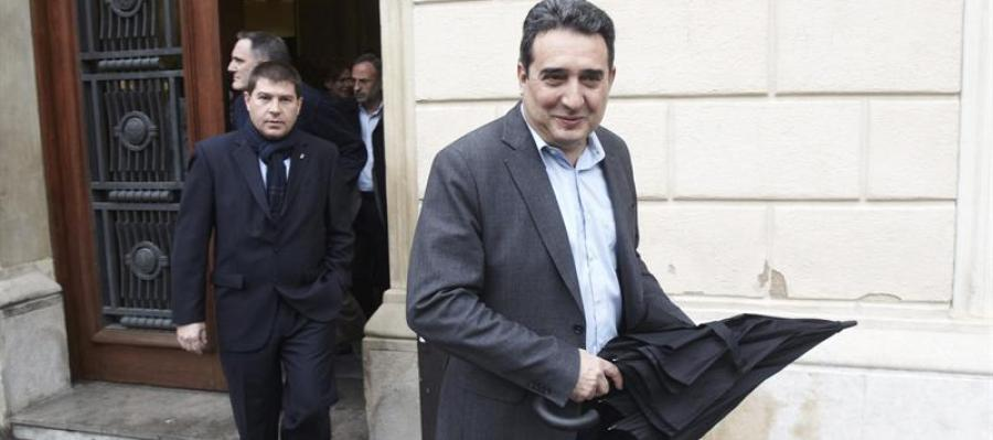 El alcalde de Sabadell (Barcelona), Manuel Bustos (c), sale de las dependencias municipales