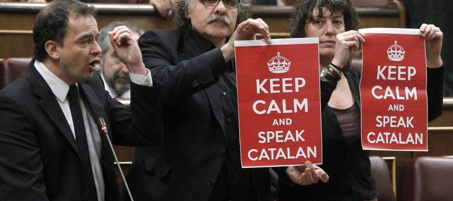 Joan Tardá muestra una pancarta durante la intervención de su compañero de ERC Alfred Bosch