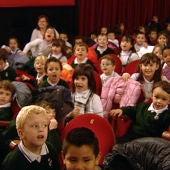 Niños disfrutando de una obra de teatro