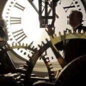 Puesta a punto del reloj de la Puerta del Sol.