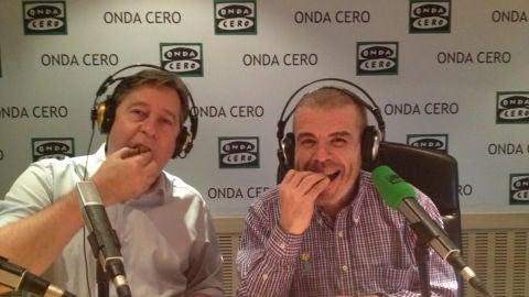 Santi Segurola y Lorenzo Caprile comiéndose un panettone en plenos Territorio Comanche de JELO