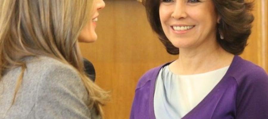 La princesa Letizia saluda a Isabel Gemio