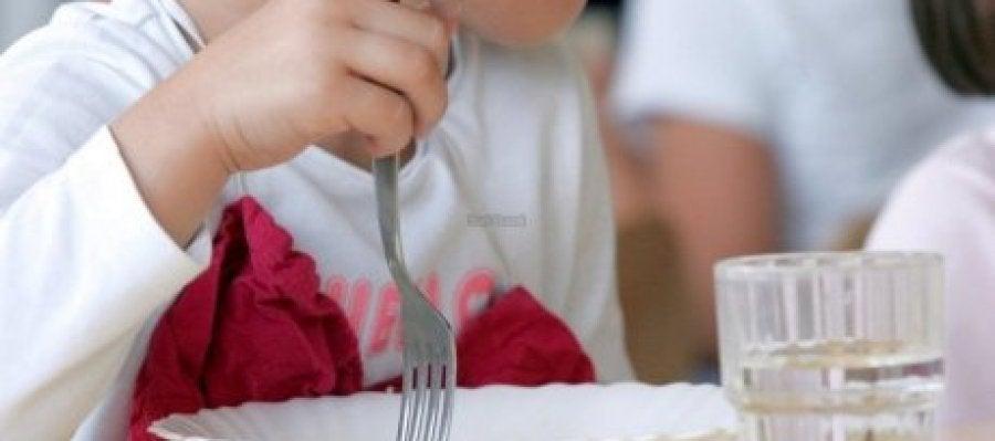 Una niña en el comedor