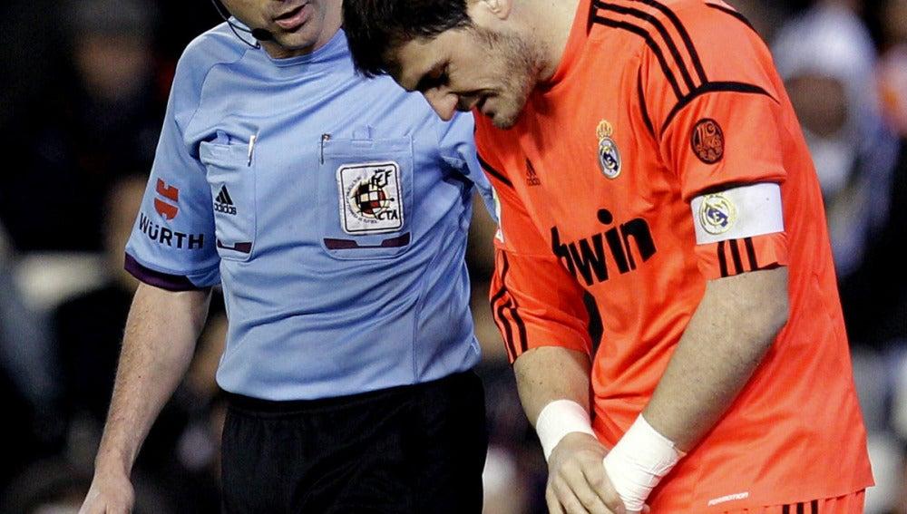 Casillas se retira lesionado de Mestalla
