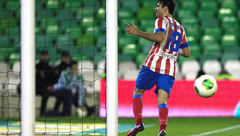 Diego Costa celebra su gol ante el Betis