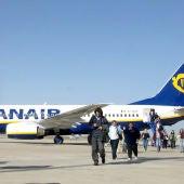 Llegada de vuelo de Ryanair Londres-Valladolid al aeropuerto de Villanubla (Valladolid)