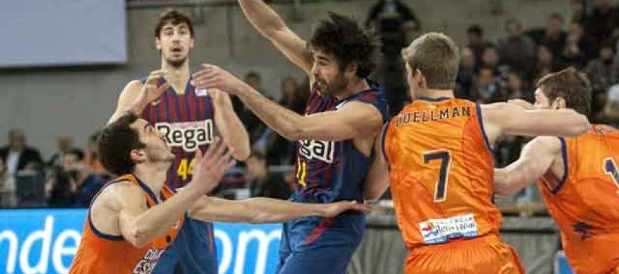 Navarro lucha por la posesión ante el Valencia