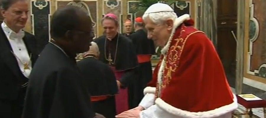 El Papa saluda a los cardenales