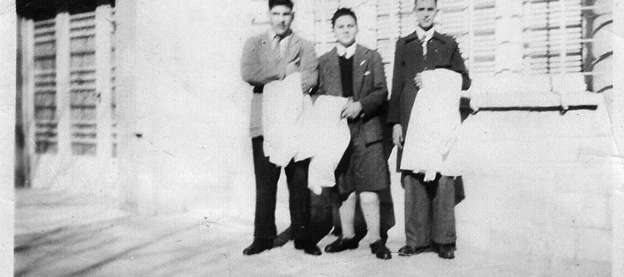 Jorge Mario Bergoglio (a la derecha) junto a dos compañeros en la escuela secundaria