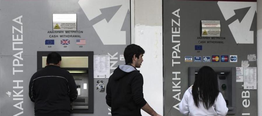 Varias personas sacan dinero de un cajero de Nicosia