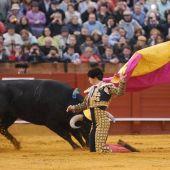 El Juli recibe a un toro en portagayola.