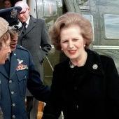 Margaret Thatcher junto a un helicóptero