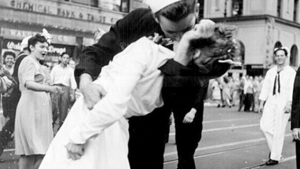 Muere George Mendonsa, el marinero de la icónica foto del beso en Times Square